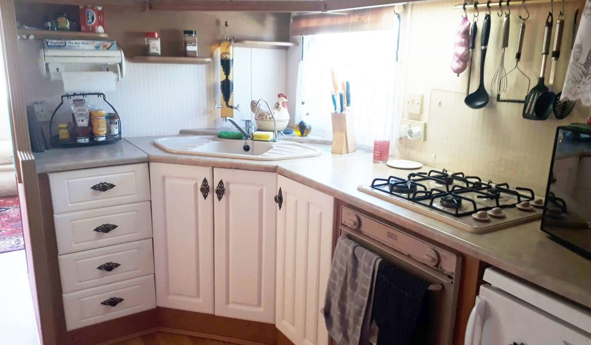 17 Kitchen Willerby Salisbury 7 Pool Court Saydo Park Costa Del Sol Spain (15)